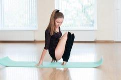 Ung flicka som gör övningar i dansgrupp Royaltyfria Foton