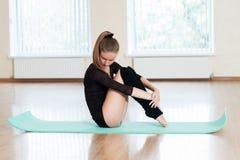 Ung flicka som gör övningar i dansgrupp Arkivbilder