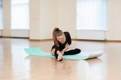 Ung flicka som gör övningar i dansgrupp Royaltyfri Foto