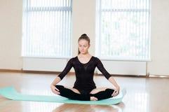 Ung flicka som gör övningar i dansgrupp Fotografering för Bildbyråer