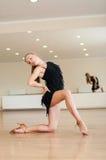 Ung flicka som gör övningar i en dansgrupp Royaltyfri Foto