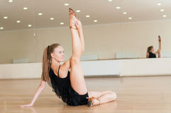 Ung flicka som gör övningar i en dansgrupp Royaltyfri Fotografi