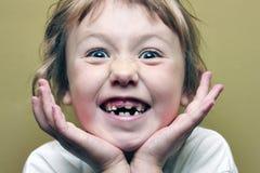 Ung flicka som gör det läskiga leendet för kameran Arkivbilder