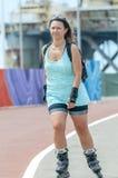 Ung flicka som gör stads- åka skridskor arkivfoto