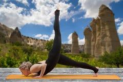 Ung flicka som gör utomhus- yoga Royaltyfria Bilder