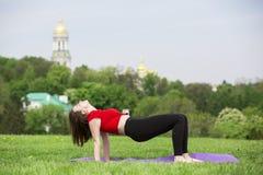 Ung flicka som gör yoga i parkera Royaltyfri Fotografi