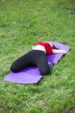 Ung flicka som gör yoga i parkera Royaltyfria Bilder