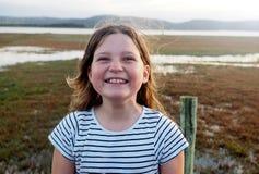 Ung flicka som grinar, utomhus på ferie arkivbilder