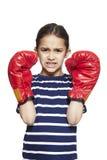 Ung flicka som ha på sig ilskna boxninghandskar Royaltyfria Bilder