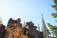 Ung flicka som har en vila upptill av berget Lugna begrepp meditation Älska för natur arkivfoton
