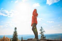 Ung flicka som har en vila upptill av berget Lugna begrepp meditation Älska för natur royaltyfria bilder