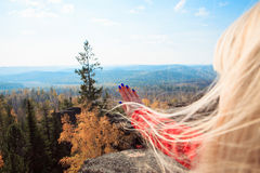 Ung flicka som har en vila upptill av berget Lugna begrepp meditation Älska för natur fotografering för bildbyråer