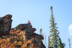 Ung flicka som har en vila upptill av berget Lugna begrepp meditation Älska för natur royaltyfri foto