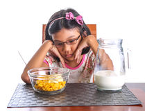 Ung flicka som har frukost I Royaltyfri Foto