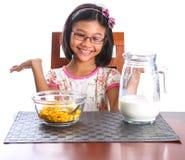 Ung flicka som har frukost II Royaltyfria Bilder