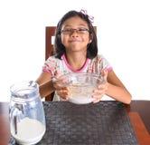 Ung flicka som har frukost IX Royaltyfri Foto