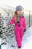 Ung flicka som har gyckel i vinter Arkivfoto