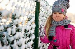 Ung flicka som har gyckel i vinter Arkivbilder
