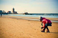 Ung flicka som har gyckel på den baltiska stranden för vinter royaltyfria foton