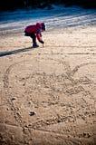 Ung flicka som har gyckel på den baltiska stranden för vinter Royaltyfri Fotografi