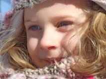 Ung flicka som har gyckel som spelar i snön Arkivbilder