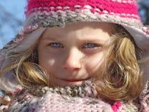 Ung flicka som har gyckel som spelar i snön Royaltyfri Bild