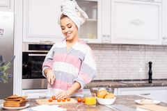 Ung flicka som hemma lagar mat royaltyfri fotografi