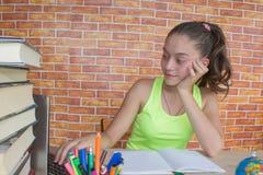 Ung flicka som hemma studerar på skrivbordet Tankar utbildning, kreativitetbegrepp Arkivbilder