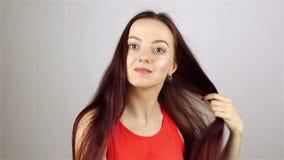 Ung flicka som kammar på spegeln stock video