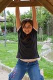 Ung flicka som kopplar av i trästruktur Royaltyfri Foto