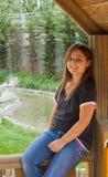 Ung flicka som kopplar av i trästruktur Royaltyfria Foton