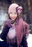 Ung flicka som ler i vinterkläder Arkivbild