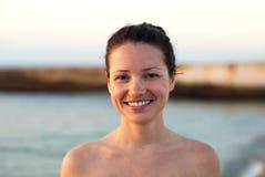 Ung flicka som ler på bakgrunden av havet Arkivbilder