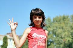 Ung flicka som okay göra en gest royaltyfria bilder