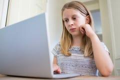 Ung flicka som oroas omkring på linjen pennalism royaltyfria bilder