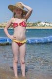 Ung flicka som poserar för fotografen på beacen royaltyfri bild
