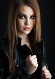 Ung flicka som poserar i studion Royaltyfri Bild