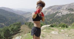 Ung flicka som poserar som boxare lager videofilmer