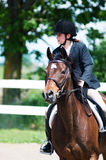Ung flicka som rider en häst Royaltyfri Foto