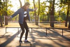Ung flicka som rider en skateboard skateboarding Utomhus livsstil Arkivbilder