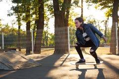 Ung flicka som rider en skateboard skateboarding Utomhus livsstil Arkivbild
