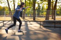 Ung flicka som rider en skateboard skateboarding Utomhus livsstil Fotografering för Bildbyråer