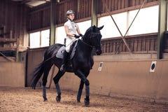 Ung flicka som rider hennes häst Royaltyfri Bild