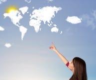 Ung flicka som ser den världsmoln och solen på blå himmel Royaltyfri Bild