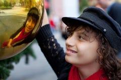 Ung flicka som ser hennes reflexion Royaltyfria Foton