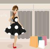 Ung flicka som shoppar den eleganta klänningen royaltyfria bilder
