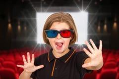 Ung flicka som skriker bärande exponeringsglas 3d i en bio Arkivfoto