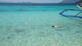 Ung flicka som snorklar i havet lager videofilmer