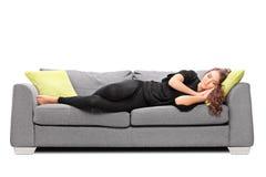 Ung flicka som sover på en soffa Arkivbilder