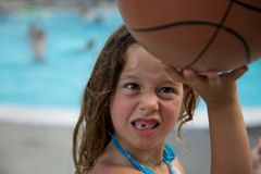 Ung flicka som spelar basket med beslutsamhet Arkivbilder